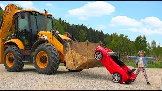 Daddy Ride on The Tractor Excavator Helps Sofia which Stuck in the mud on Children's Car