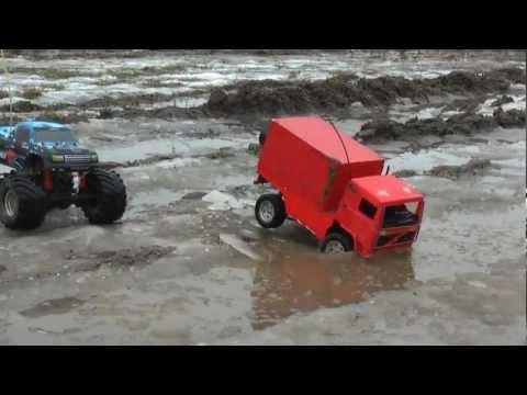 RC auta na sněhu a v blátě
