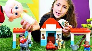 Bebek videosu. Jack Jack Lego çiftliği yapıyor.