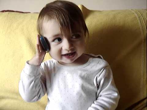 Bebe hablando por telefono celular