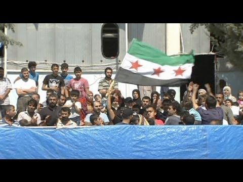 Lakhdar Brahimi visite un camp de réfugiés syriens en Turquie