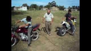tirada de motos suzuki dr 350 vs gilera 150 increible!