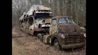 Caminhão Cegonha e carros antigos abandonados