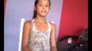 Menina cantando  musica da igreja