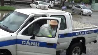 CSGT Quảng Nam đưa cả nhà người dân bị ngộ độc thực phẩm đi cấp cứu trong mưa bão