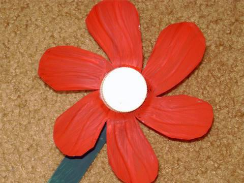 flor-camelia-roja-con-botella-plastica.html