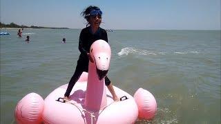 Mainan WaterSlide - Qyla Bermain Air, Pelampung Airnya Sempat Terlepas Karena Ombak Pantai amp Angin
