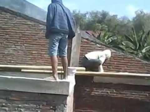 tukang batu asyik intip cwek mandi