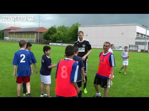 Per Mertesacker kickt mit den Kinder seiner Stiftung