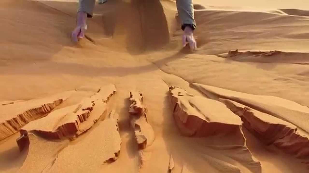 Jouer avec le sable du Sahara