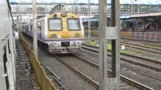 Mumbai EMU Local train Ride Kandivali to Borivali station : Many Overtakes & Heavy Rain
