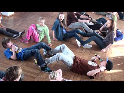 Rozgrzewa Przed Nauką Tańca Z Panem Krzysztofem Żukowskim - Ferie 2012 W MOK