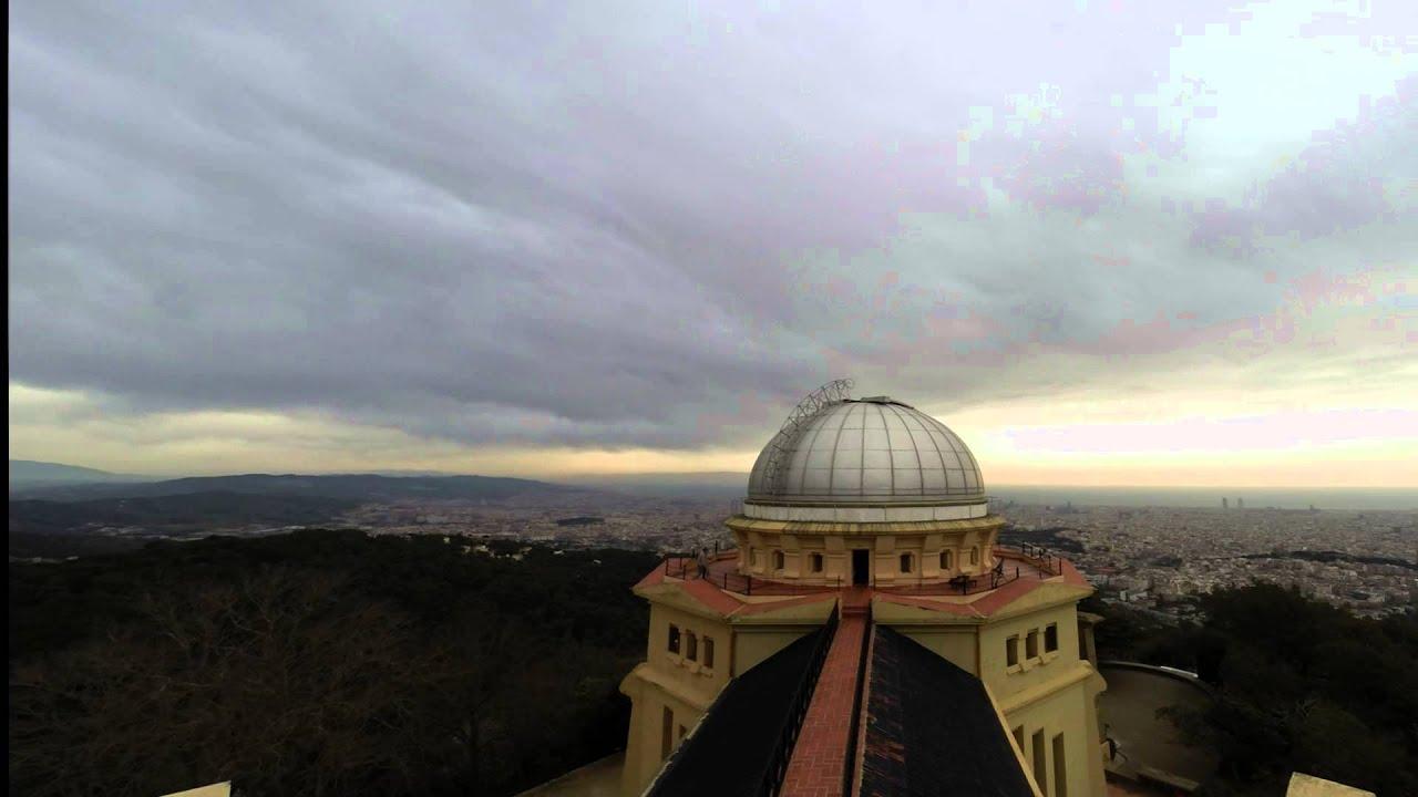 """El 20 de Marzo, día del eclipse de sol en nuestra ciudad, estuvimos en el Observatorio Fabra de Barcelona. Allí se grabó un vídeo en cámara rápida del paso de las nubes aturbulentas que amenazaron la posibilidad de ver el fenómeno astronómico. Aunque por poco tiempo, por suerte, el sol se pudo ver """"comido"""" por la interposición de la luna entre el astro rey y nosotros."""