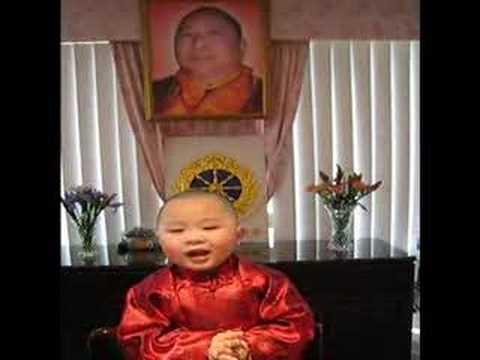 在聖密temple內一位廿七個月小活佛唱頌《大法器道行歌》