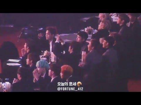 160114 서울가요대상 EXO, 무대위의 애기들에게 손 흔들어주는 엑소♡ 거의 학예회 나온 딸 보는 아빠급ㅋㅋㅋ