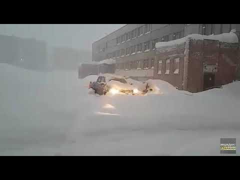 Норильский автолюбитель добирается домой сквозь снег