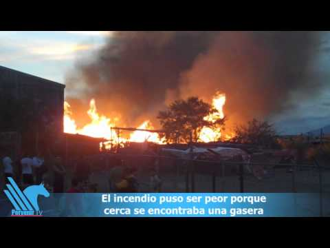 Voraz incendio en fábrica de Santa Catarina