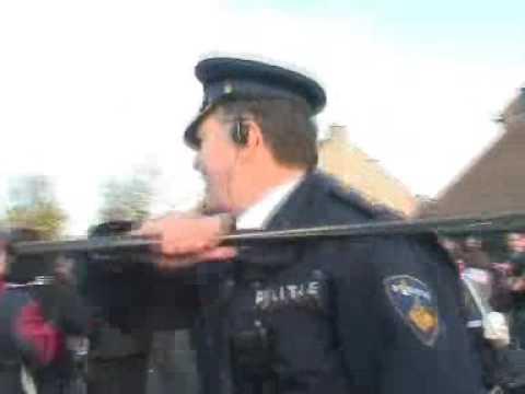 Vrijdag 23 november is het bal in Middelburg: scholierenstaking. Agenten slaan zonder terughoudendheid in op stakende leerlingen. Ook als deze gehoor geven a...