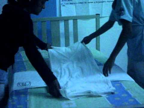 Tendido de cama en enfermeria cnet 2 youtube for Cama cerrada