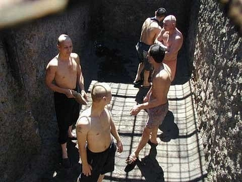 смотреть видео как опускают в тюрьмах-шя1