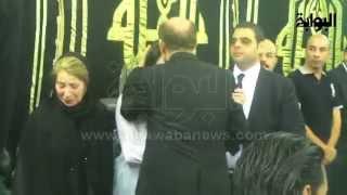 محمد صبحي يصل عزاء نور الشريف ويقبل رأس ابنته ويواسيها