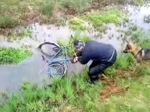 На веліку в канавіOn bike in ditch!!!!!!!!!.3GP