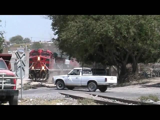 Tren vs autobuses. //// Train vs Bus Almost hits
