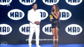 Ο Γιώργος Αγγελόπουλος απονέμει το Best Female Modern Mad βραβείο στην Ελένη Φουρέιρα