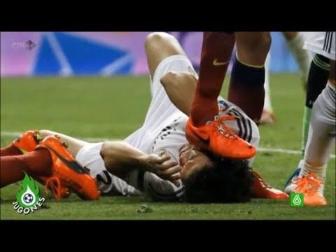 Busquets pisa la cara de Pepe. Clásico 23 marzo. 3-4