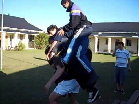Hombre llevando cuatro personas en su espalda