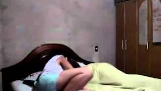 Fille fait une blague au réveil à son copain