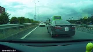 Xe Camry chạy láo trên cao tốc LT-DG
