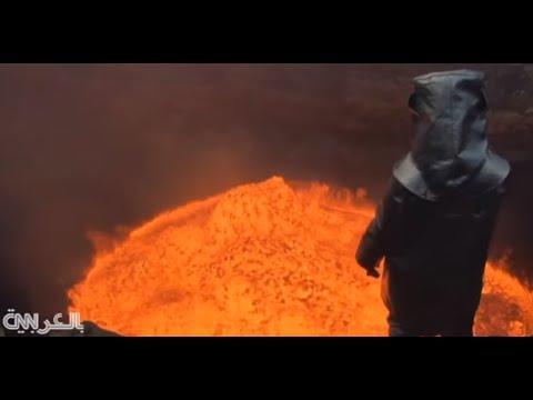 مغامر يغوص في أعماق بركان ليلتقط سيلفي