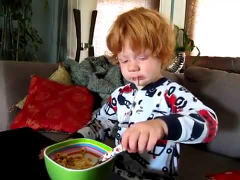 Kind rotzt beim Frühstück