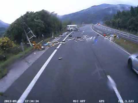 閲覧注意 高速道路 事故 ドライブレコーダー 人が車外に投げ出される瞬間 とくダネでOAされました