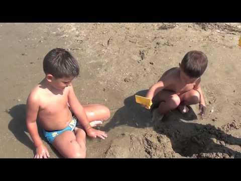 2012: Abusivismo in Spiaggia – Bambini Divertenti BAMBINI DIVERTENTI VLOG – Vlog Giornalieri