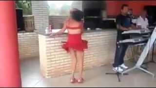 Mulher bebada dançando aviãozinho