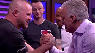Peter R. de Vries doet spontaan potje armworstelen - RTL LATE NIGHT