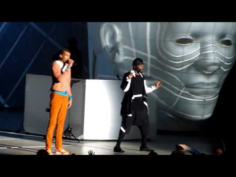 Will.I.Am & Stromae - Papaoutai - Live Surprise @ Paris Bercy #WillPowerTour 16.12.2013 HD