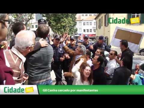 Gil Canha cercado por manifestantes