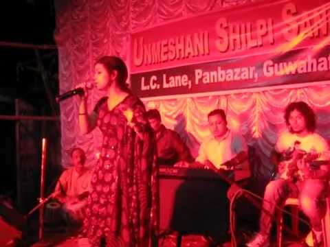 Aaja Nachle- Performing live