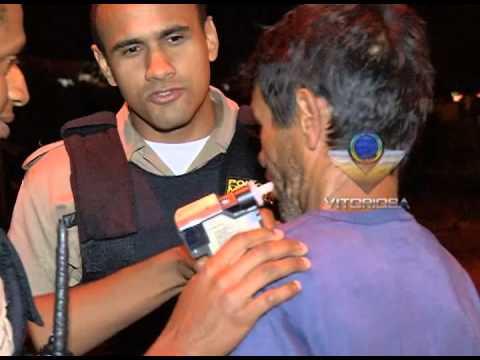 Caminhoneiro é flagrado pela polícia conduzindo embriagado