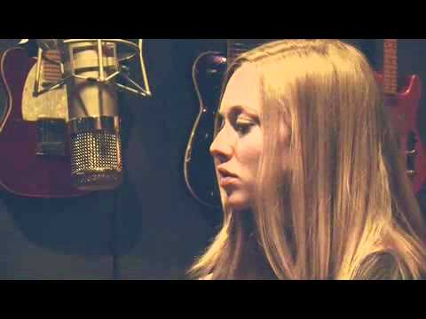 Amanda Seyfried Sings L'il Red Riding Hood