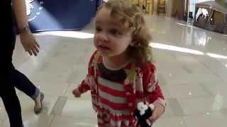 الطفلة الأمريكية المعجزة ! ردة فعل غريبة عند سماعها الآذان في مول دبي !