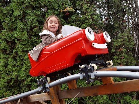construyo una montana rusa en el jardin de su casa para entretener a sus nietos