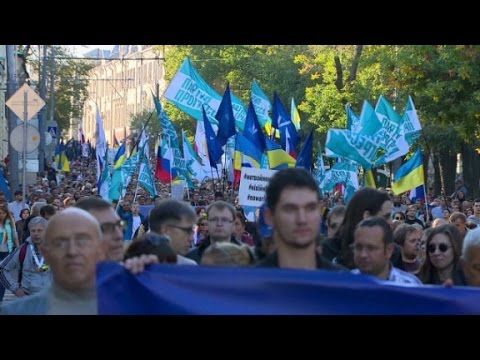 Thousands protest Russia's Ukraine policy