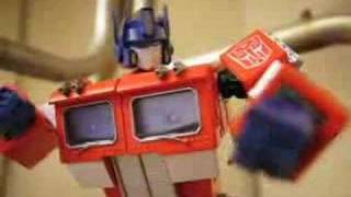 Transformers Stop-Motion Bumblebee beats Optimus Prime