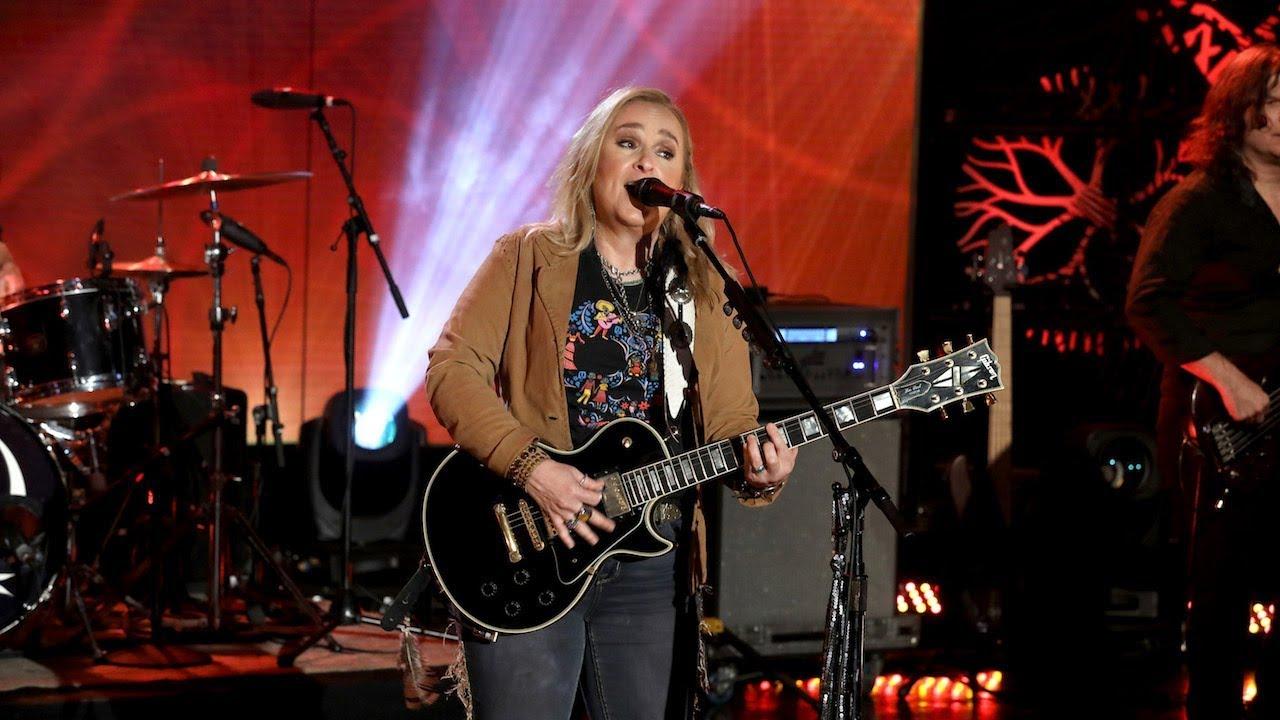 """Melissa Etheridge - 米The Ellen Showにて新譜「The Medicine Show」から""""Shaking""""を披露 スタジオライブ映像を公開 thm Music info Clip"""