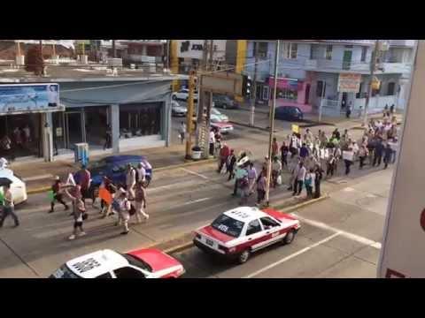 Marcha de petroleros en Coatzacoalcos contra recortes de plazas.