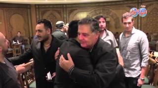 خالد عجاج و محمد حماقي و محسن جابر يسلمون علي بعضهم داخل عزاؤ والدة إيهاب توفيق